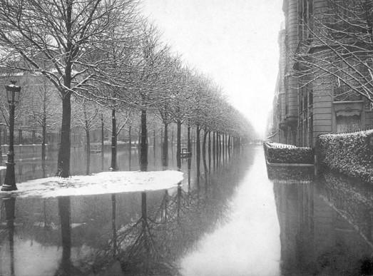 L'avenue Montaigne lors de la crue de la Seine en janvier 1910