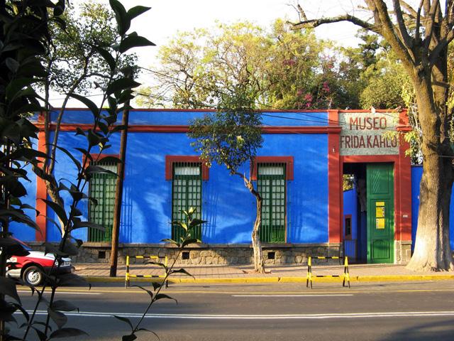 La Maison bleue, la Casa azul, de Frida Kahlo (1907 - 1954) à Coyoacán, quartier sud de Mexico.