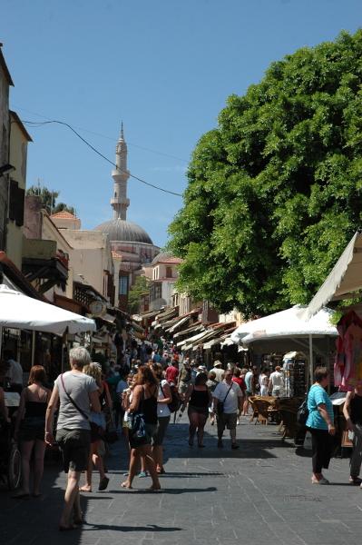 Vieille ville de Rhodes, rue Sokratous ; au fond, la mosquée de Soliman.