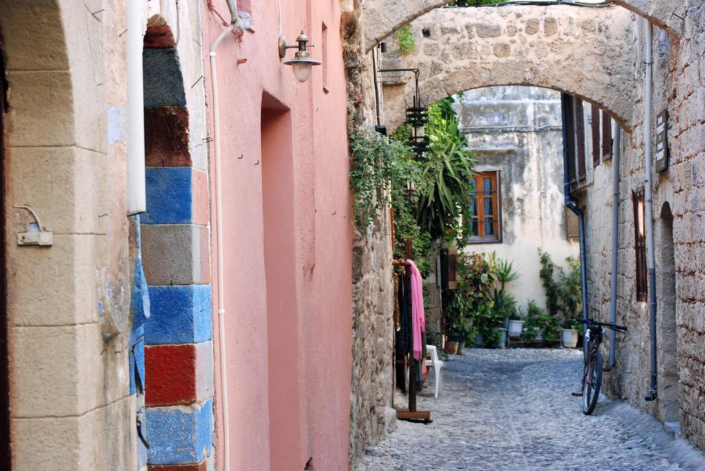 Rue tranquille dans la vieille ville de Rhodes