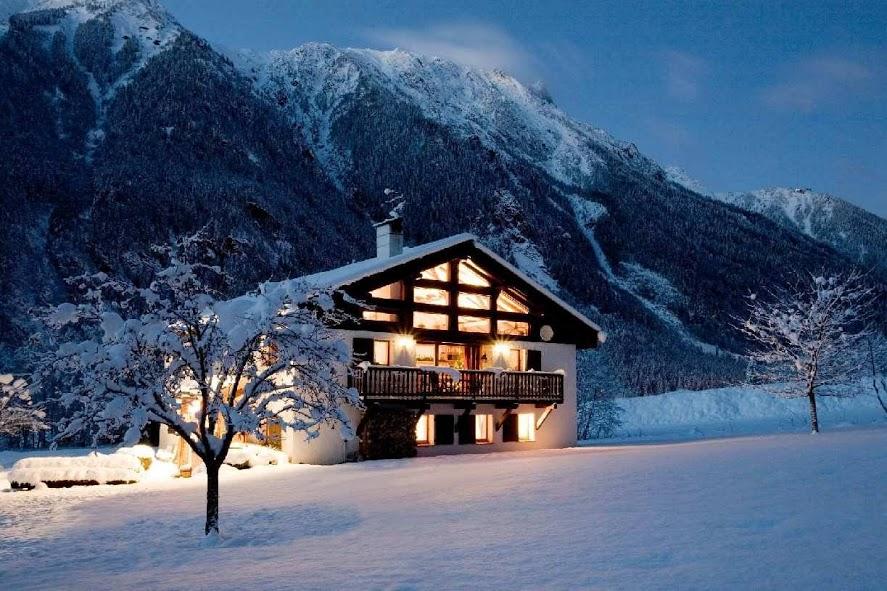 Chalet à Chamonix, dans la nuit, dans la neige, et sans chapeau...