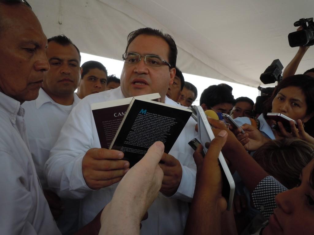 Javier Duarte de Ochoa reçoit le roman Camarón des mains de son auteur.