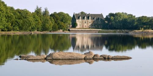 Au fond de cet étang, le château de cristal où fut élevé, par la fée Viviane, Lancelot.
