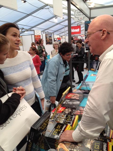 Madame Aurélie Filippetti, ministre de la Culture, et Jean-Joseph Julaud, au stand de la librairie TY Bull lors du festival Quai des Bulles, samedi 26 octobre 2013.