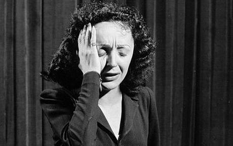 """Edith Piaf chante """"Je hais les dimanches"""" en 1951"""