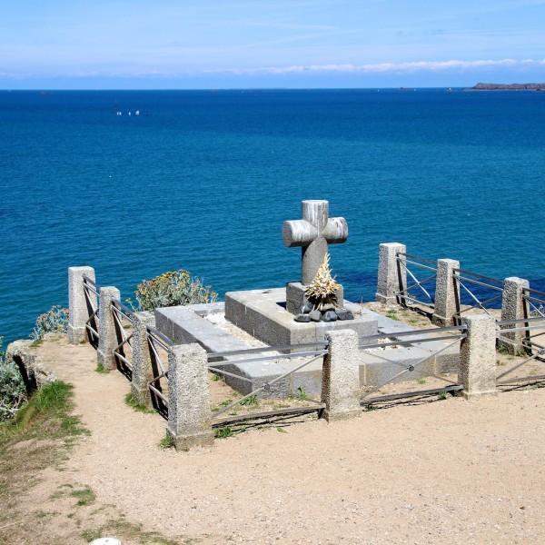 La tombe de Chateaubriand sur le rocher du Grand Bé, île inhabitée de Saint-Malo, à l'embouchure de la Rance