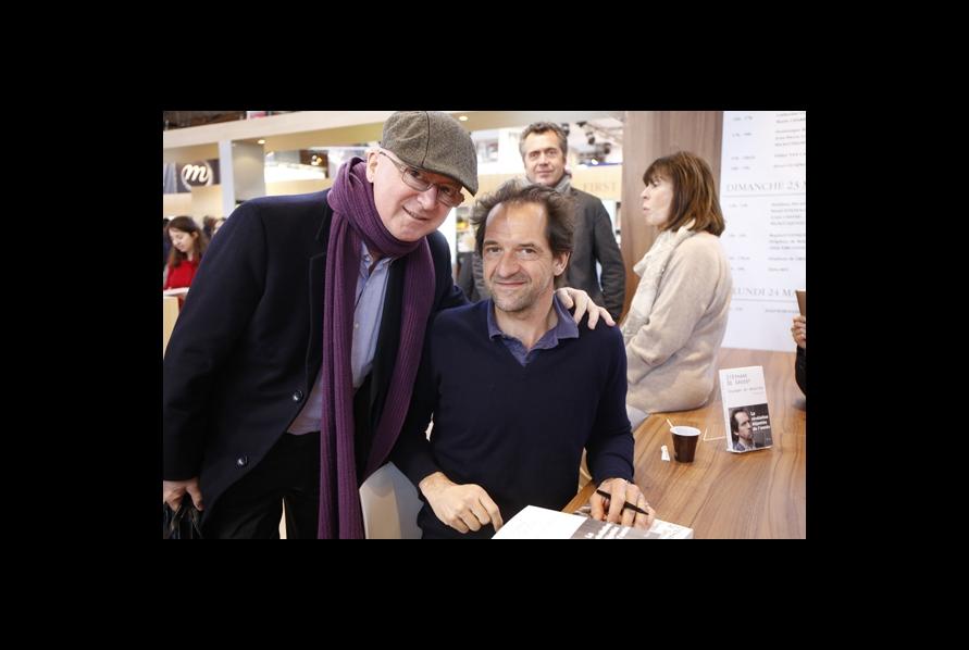 Olivier Dion, photographe de presse en général et de Livres Hebdo en particulier a saisi la rencontre entre Stéphane de Groodt et Jean-Joseph Julaud, sur le stand des éditions Plon, sous le regard de leurs éditeurs, Vincent Barbare, PDG d'Edi 8, et Muriel Beyer.