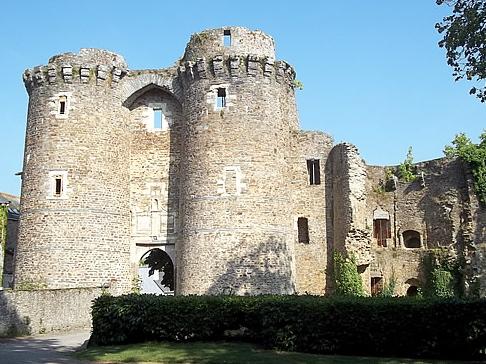 Château de Châteaubriant : le châtelet (XIIIe siècle).